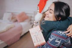 Мама с Рождеством Христовым и счастливых праздников жизнерадостная и ее милая девушка дочери обменивая подарки Родительский и мал стоковая фотография