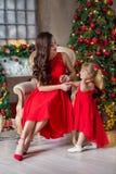 Мама с Рождеством Христовым и счастливых праздников жизнерадостная и ее милая девушка дочери обменивая подарки Родитель и меньший стоковая фотография rf