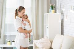 Мама с newborn младенцем Стоковые Фотографии RF