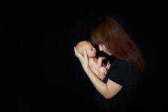 Мама с newborn младенцем дома Стоковые Фотографии RF