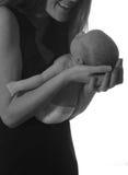 Мама усмехаясь на newborn младенце стоковая фотография rf