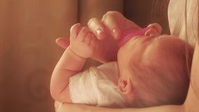 Мама успокаивая ее суетливого newborn младенца с розовым pacifier Стоковые Фотографии RF