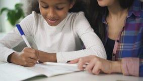 Мама учила дочь афро делать вместе домашнее задание по математике акции видеоматериалы