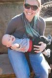 мама удерживания младенца стоковое изображение