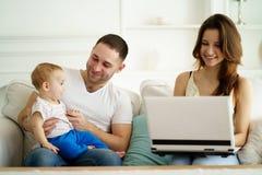 Мама фрилансера работая от дома используя ноутбук стоковая фотография rf