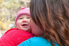 Мама целуя младенца Daugther Стоковое фото RF