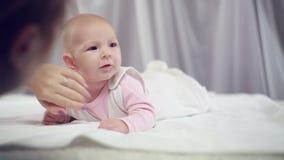 Мама штрихуя newborn младенца видеоматериал