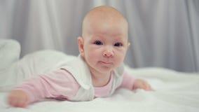 Мама штрихуя newborn младенца сток-видео