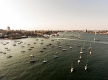 МАМЫ Бостона изображения вида с воздуха полета вертолета, США во время гавани захода солнца с шлюпками приближают к заливу портов стоковое изображение
