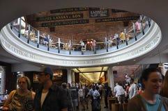 Мамы Бостона, 30-ое июня: Интерьер рынка Quincy от рынка Faneuil в Бостоне городском в положении Massachusettes США Стоковые Изображения