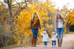Мамы и дети для прогулки в парке в осени Стоковые Фотографии RF
