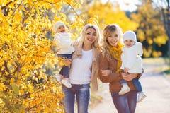 Мамы и дети для прогулки в парке в осени Стоковые Фото