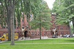 МАМЫ Кембриджа, 30-ое июня: Здание Гарварда Matthews Hall в кампусе Гарварда от положения Кембриджа Massachusettes США стоковые фото