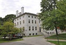 МАМЫ Кембриджа, 30-ое июня: Здание Hall Гарвардского университета в кампусе Гарварда от положения Кембриджа Massachusettes США стоковая фотография rf