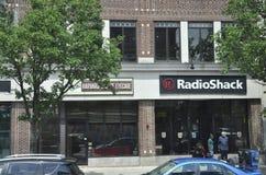 МАМЫ Кембриджа, 30-ое июня: Положение Кембриджа Radio Shack внутри к центру города в положении Massachusettes США Стоковые Изображения RF