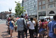 МАМЫ Кембриджа, 30-ое июня: Студент Гарварда направляет группу в квадрат Гарварда от Кембриджа городского в положении Massachuset Стоковое Изображение