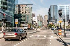 МАМЫ США 04 Бостона 09 центр города 2017 и дорога зданий панорамного взгляда летнего дня горизонта с движением на портовом районе Стоковое фото RF