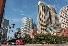МАМЫ США 04 Бостона 09 центр города 2017 и дорога зданий панорамного взгляда летнего дня горизонта с движением на портовом районе Стоковые Фото