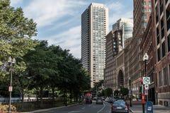 МАМЫ США 04 Бостона 09 центр города 2017 и дорога зданий панорамного взгляда летнего дня горизонта с движением Стоковые Изображения