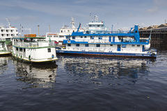 МАНАУС, БРАЗИЛИЯ, 17-ОЕ ОКТЯБРЯ: Типичный деревянный плавать шлюпок Стоковая Фотография