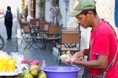 Манго вырезывания поставщика плодоовощ в Cartagena Стоковое Фото