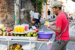 Манго вырезывания поставщика плодоовощ в Cartagena Стоковое фото RF