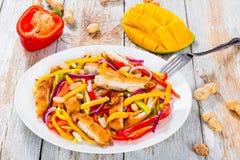 Манго, мясо цыпленка, арахисы, болгарский перец, салат красного лука Стоковое Изображение