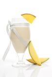 манго над белизной smoothie Стоковое Изображение