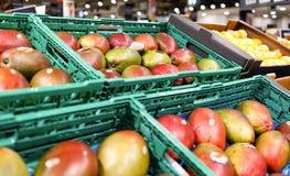 Манго на полке в магазине супермаркета стоковое изображение rf