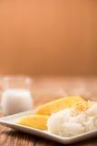 Манго с липким рисом на деревянной таблице Стоковая Фотография RF