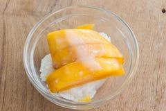 Манго с ручкой риса и молоком кокоса на деревянной предпосылке Стоковое Фото