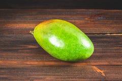 Манго тропического плодоовощ на деревянной предпосылке, весь или отрезанный Стоковая Фотография RF