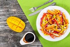 Манго, хлеб crumbed отбивная котлета цыпленка, арахисы, салат болгарского перца Стоковые Фотографии RF