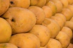 Манго для продажи на местном fruitstore Стоковое фото RF