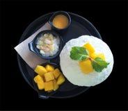 Манго Bingsu, корейский стиль десерта изолированный на черной предпосылке, стоковое изображение