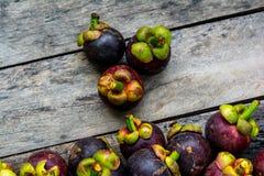Мангустан на деревянной предпосылке, красочной плодоовощ Стоковое Изображение