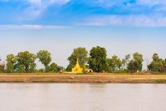 МАНДАЛАЙ, МЬЯНМА - 1-ОЕ ДЕКАБРЯ 2016: Одна пагода золота на банках реки Irrawaddy, Бирмы Скопируйте космос для текста стоковая фотография rf