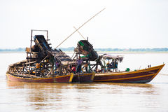 МАНДАЛАЙ, МЬЯНМА - 1-ОЕ ДЕКАБРЯ 2016: Плавая dredge для извлечения золота и драгоценных камней, реки Irravarddy, Бирмы полисмен стоковое изображение