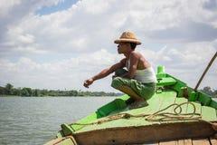 Мандалай Мьянма - 25-ое июля 2014: местный бирманский рыболов si стоковая фотография