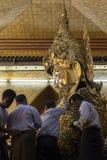 МАНДАЛАЙ, МЬЯНМА - 4-ОЕ МАЯ 2017: Листовое золото затира буддистов Mahamuni Будды, Мандалая, Мьянмы Стоковые Фотографии RF