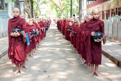 МАНДАЛАЙ, МЬЯНМА 2-ОЕ МАЯ: Молодые неопознанные буддийские послушники на Стоковое фото RF