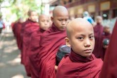 МАНДАЛАЙ, МЬЯНМА 2-ОЕ МАЯ: Молодые неопознанные буддийские послушники на Стоковые Фото