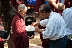 МАНДАЛАЙ, МЬЯНМА 2-ОЕ МАЯ: Молодые неопознанные буддийские послушники на Стоковая Фотография RF