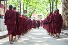 МАНДАЛАЙ, МЬЯНМА 2-ОЕ МАЯ: Молодые неопознанные буддийские послушники на Стоковые Изображения RF