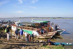 МАНДАЛАЙ, МЬЯНМА - 17-ое ноября 2015: Река или Ay Irrawaddy Стоковая Фотография RF