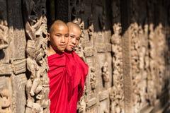 МАНДАЛАЙ, МЬЯНМА 18-ОЕ ФЕВРАЛЯ: Молодой стоять монахов Стоковое Изображение RF