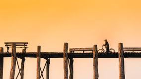 МАНДАЛАЙ - 19-ОЕ ФЕВРАЛЯ: Неопознанные люди идут на мост U-Bein, f Стоковая Фотография RF