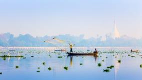 МАНДАЛАЙ - 19-ОЕ ФЕВРАЛЯ: Сеть хода человека для заразительных рыб в Taungth Стоковое Изображение