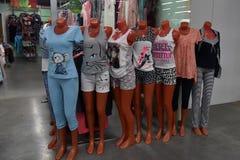 Манекены в пижамах в магазине стоковая фотография