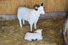 Манекены и козы ребенк в амбаре Стоковые Фотографии RF